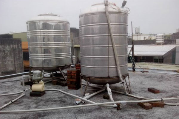 住宅に取り付けられている貯水タンクが不衛生